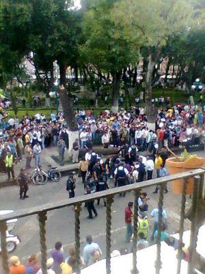 Árbol se cae en el zócalo de Puebla