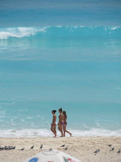 Bellas Chicas Paseando en la Playa en Cancún