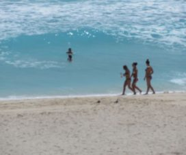 Bellas Turistas Paseando en la Playa en Cancún