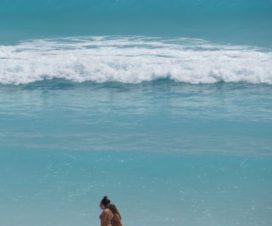 Bellezas Paseando en la Playa en Cancún