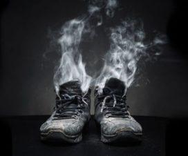 Esta es la Razón por la que tus Zapatillas Apestan y Cómo puedes Eliminar el Olor
