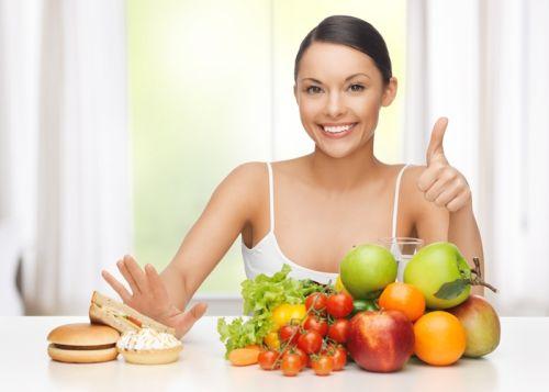 Mujer comiendo sanamente