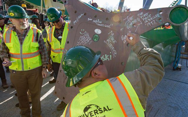 Se Instala la Última Pieza de los Nuevos Rieles de The Incredible Hulk Coaster en Universal Orlando