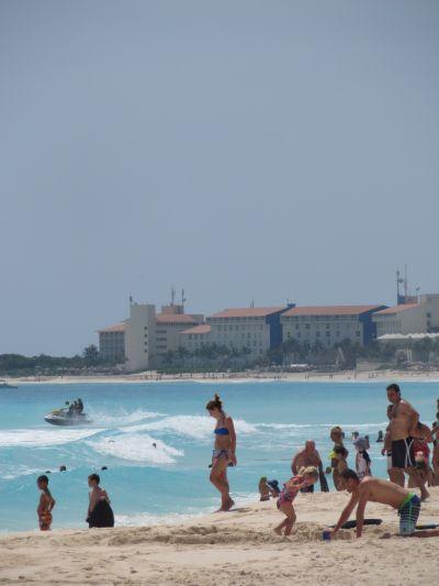 Turistas Divirtiéndose en las Playas de Cancún