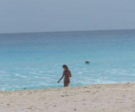 Una Hermosa Chica Caminando en las Playas de Cancún